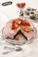Idealne na lato! Pyszne czekoladowe ciasto z truskawkami i McVitie's Digestive Milk Chocolate