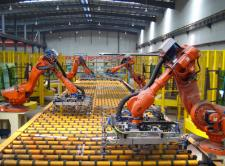 Mechanicznych rąk do pracy nie zabraknie. Boom na roboty przemysłowe