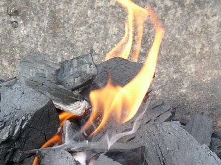 Płonący węgiel na grillu