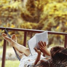 Zabierz książki na wakacje – tytuły, które warto przeczytać tego lata