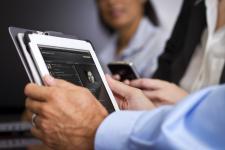 Złe nawyki online pracowników narażają firmy na straty