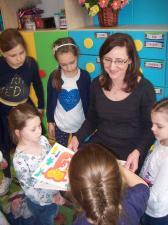 Czytają i dzielą się książką. W Społecznej Szkole Podstawowej nr 11