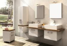 Świeże połączenie bieli i drewna w łazience